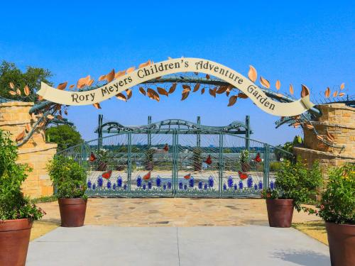 Entrance-to-Rory-Meyers-Chiildrens-Adventure-Garden-(1)